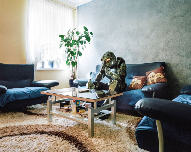 portraits-of-cosplayers-at-home-by-klaus-pichler-6